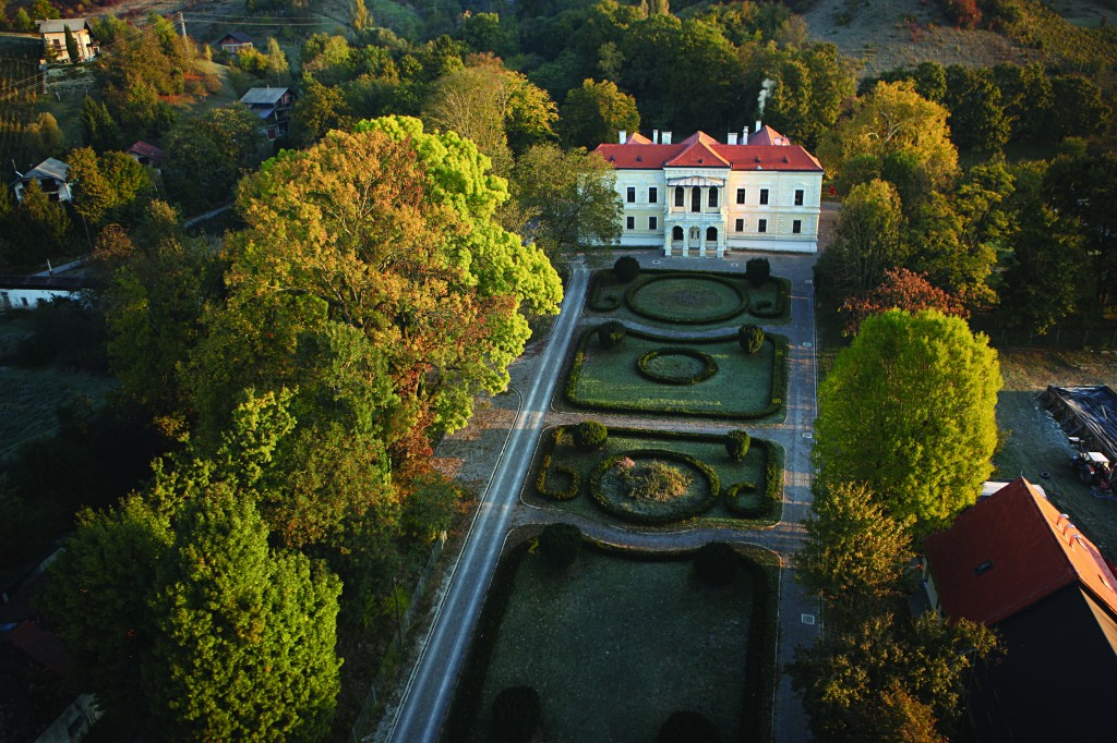 Dvorac Laduc s uredjenim francuskim vrtom